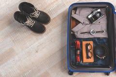 Ouvrez la valise complètement de vêtements photographie stock libre de droits