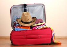 Ouvrez la valise rouge avec le vêtement photo libre de droits