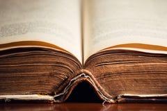Ouvrez la vieille fin de Sainte Bible  photo libre de droits