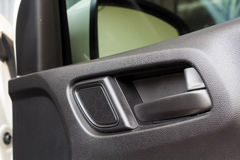 Ouvrez la voiture dans la main de porte Photos libres de droits