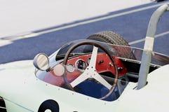 Ouvrez la voiture de course de vintage d'habitacle avec le volant et les mesures Photo stock