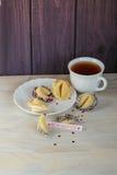 Ouvrez le biscuit de fortune décoré sur la table Photographie stock libre de droits