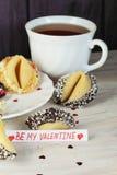Ouvrez le biscuit de fortune décoré sur la table Images stock