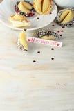 Ouvrez le biscuit de fortune décoré sur la table Photos libres de droits