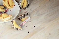 Ouvrez le biscuit de fortune décoré sur la table Image libre de droits