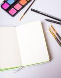 Ouvrez le bloc-notes avec les pages vides sur la table avec des outils de bureau Image libre de droits