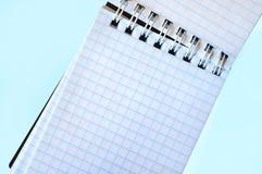 Ouvrez le bloc-notes vide dans une cage avec une attache en spirale Images libres de droits