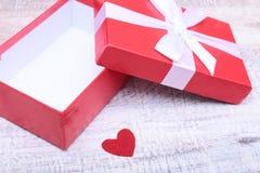Ouvrez le boîte-cadeau avec le coeur rouge, sur le fond blanc photographie stock