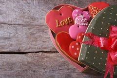 Ouvrez le boîte-cadeau avec des valentines de biscuits sur le vieil en bois Image stock