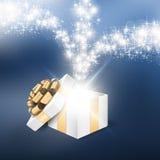 Ouvrez le boîte-cadeau avec la lumière brillante d'étoile photo libre de droits