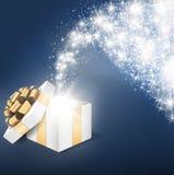 Ouvrez le boîte-cadeau avec la lumière brillante d'étoile image stock