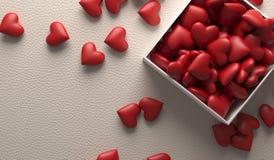 Ouvrez le boîte-cadeau complètement de coeurs sur la surface en cuir Photographie stock libre de droits