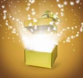 Ouvrez le boîte-cadeau d'or avec l'effet de la lumière Photos stock