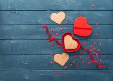 Ouvrez le boîte-cadeau de forme de coeur avec des biscuits au-dessus de fond en bois Photos libres de droits