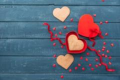Ouvrez le boîte-cadeau de forme de coeur avec des biscuits au-dessus de fond en bois Photo libre de droits