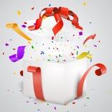 Ouvrez le boîte-cadeau et les confettis et les flammes rouges Image stock