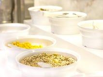 Ouvrez le buffet dans l'hôtel Variété de flocons d'avoine, de muesli et de gra photos stock