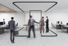 Ouvrez le bureau avec un aquarium en verre, les gens Photo stock