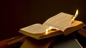 Ouvrez le burning de livre sur le fond noir banque de vidéos