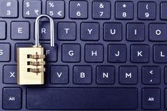 Ouvrez le cadenas sur le clavier avec l'espace des textes images libres de droits