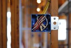 Ouvrez le cadre électrique dans une maison en construction Photos stock