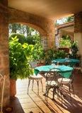 Ouvrez le café de terrasse dans le village italien, Italie Images libres de droits
