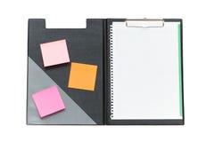 Ouvrez le cahier avec des notes de post-it Photographie stock libre de droits