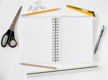 Ouvrez le cahier avec des stationaries Photo libre de droits