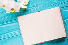 Ouvrez le cahier avec la cuvette de café Photographie stock libre de droits