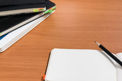 Ouvrez le cahier avec le crayon Photos stock