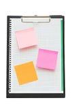 Ouvrez le cahier avec les notes de post-it et la page blanc Images libres de droits