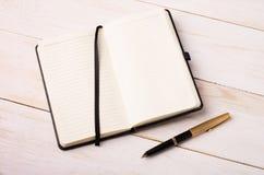 Ouvrez le cahier avec un crayon lecteur Image stock