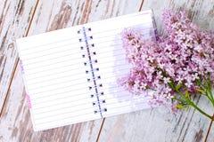 Ouvrez le cahier blanc prêt à écrire? Photographie stock