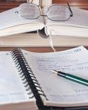 Ouvrez le cahier de travail et le crayon lecteur Photographie stock libre de droits