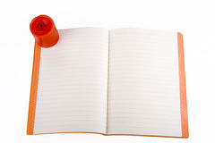 Ouvrez le cahier et le mirez Image libre de droits