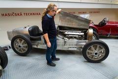 Ouvrez le capot de moteur du type 51 voiture de course de Bugatti de premier ministre à partir de 1931 Images libres de droits