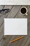Ouvrez le carnet avec le crayon sur un bureau en bois Image libre de droits