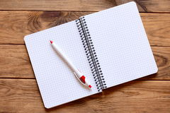 Ouvrez le carnet de papier pour écrire les notes, stylo sur un bureau Pages de papier de carnet avec l'espace vide de copie pour  Photographie stock