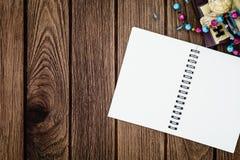 Ouvrez le carnet de reliure à anneaux sur le fond en bois avec l'espace FO de copie Images stock