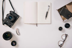 Ouvrez le carnet entouré par l'équipement de photographie Image libre de droits