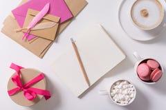 Ouvrez le carnet entouré par les bonbons délicieux Image stock
