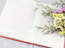 Ouvrez le carnet et le beau bouquet de fleurs de statice Photographie stock