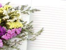 Ouvrez le carnet et le beau bouquet de fleurs de statice avec la copie de l'espace Photographie stock libre de droits