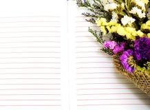 Ouvrez le carnet et le beau bouquet de fleurs de statice avec la copie de l'espace Image libre de droits