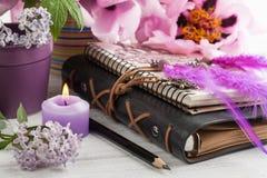 Ouvrez le carnet, le receveur rêveur, la pivoine et le lilas Photographie stock libre de droits