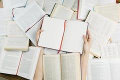 Ouvrez le carnet sur le dessus des livres image libre de droits