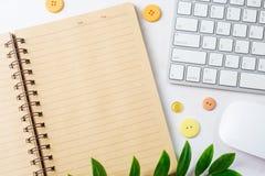 Ouvrez le carnet vide avec le clavier et la souris d'ordinateur Vue supérieure W Photo libre de droits