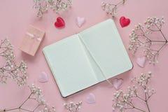 Ouvrez le carnet vide avec les fleurs blanches tendres, coeurs de Valentine Photographie stock libre de droits