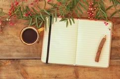 Ouvrez le carnet vide de vintage et le crayon en bois à côté de la tasse chaude de coffe au-dessus de table en bois préparez pour Photo stock
