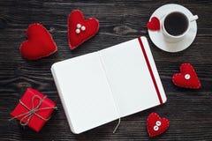 Ouvrez le carnet vide, le boîte-cadeau avec des coeurs de Valentine et la tasse de c Photo libre de droits